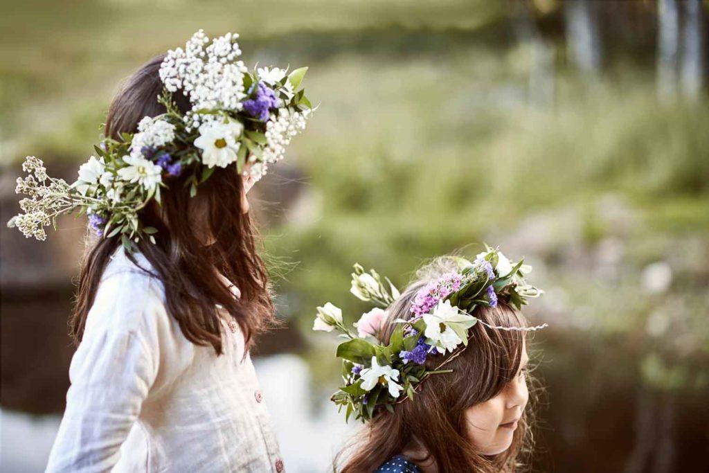 Midsommar - Kinder mit Blumenkränzen