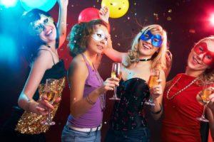 Frauen im Karneval mit Kostümen