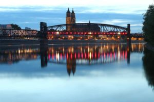 Blick auf den Magdeburger Dom mit Hubbrücke