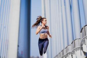 Frau joggt über Brücke
