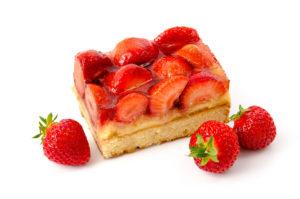 Ein mit frischen Erdbeeren belegter Blechkuchen.