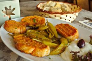 Eingelegtes Gemüse und würzige Speisen.