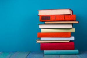 Stapel von bunten Büchern