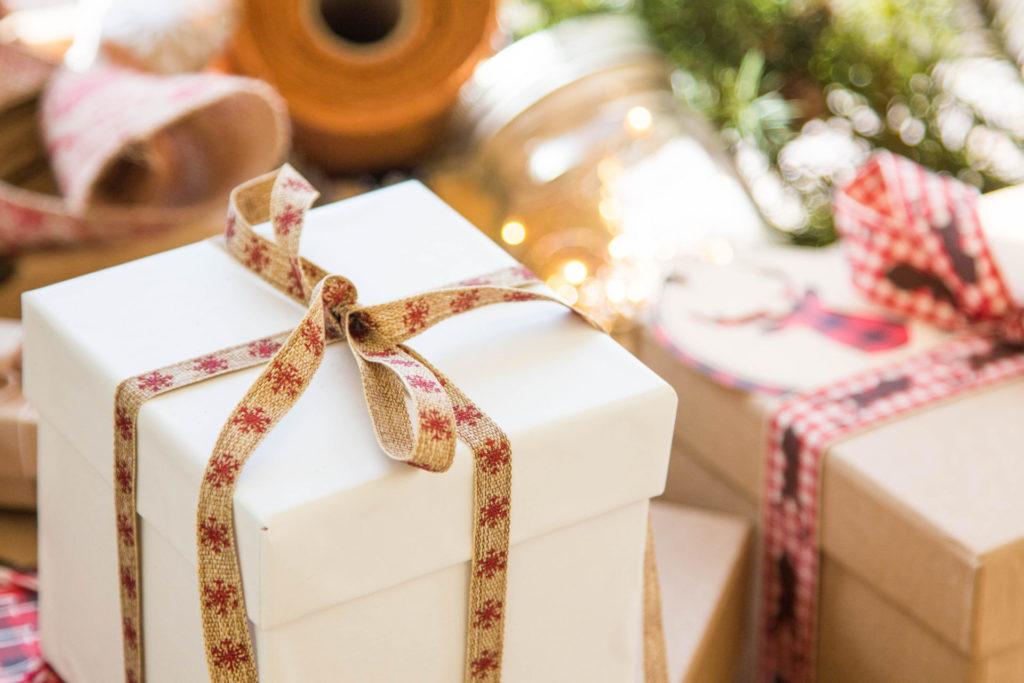 Weihnachtsgeschenk auf Present-Tafel
