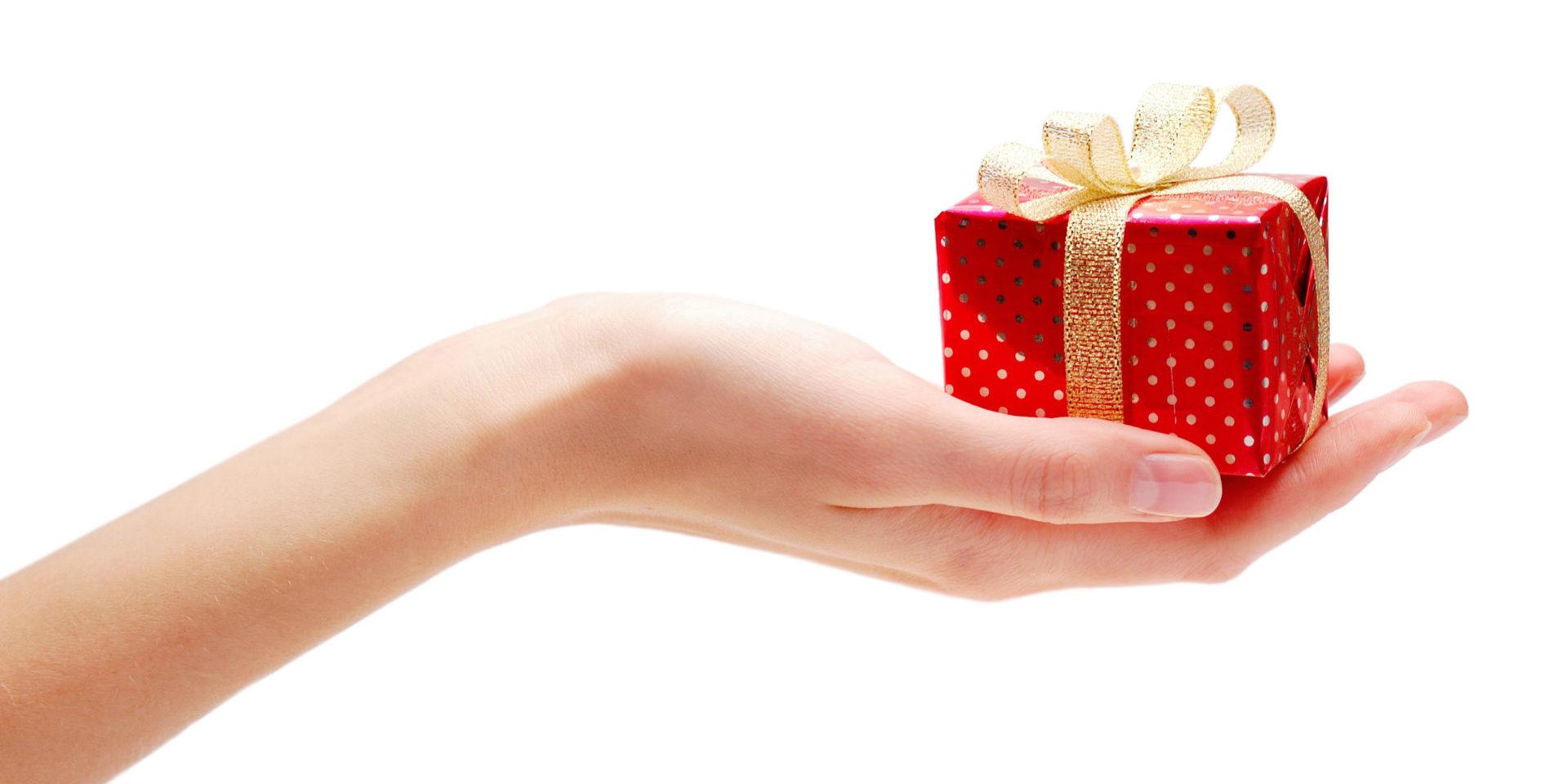 Hand hält Geschenk