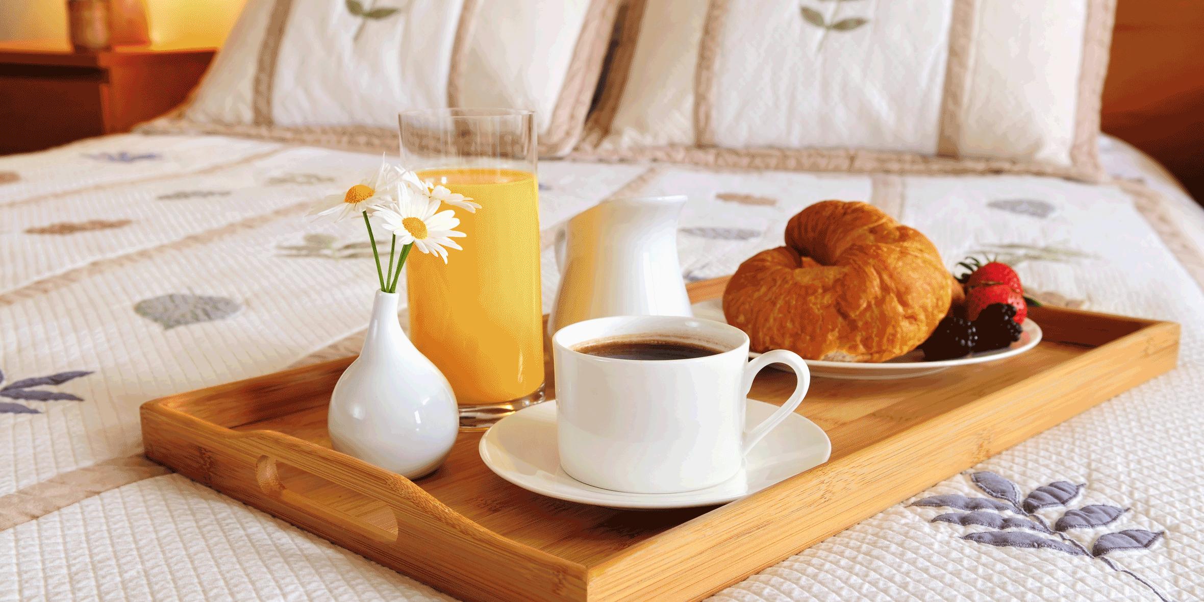 Hotelbett mit Frühstücksarrangement